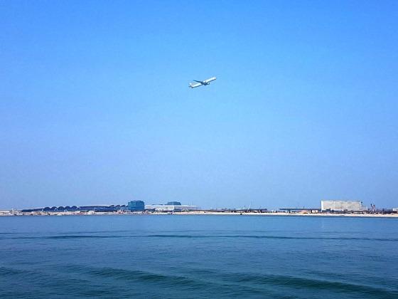Hong KOng airport plane